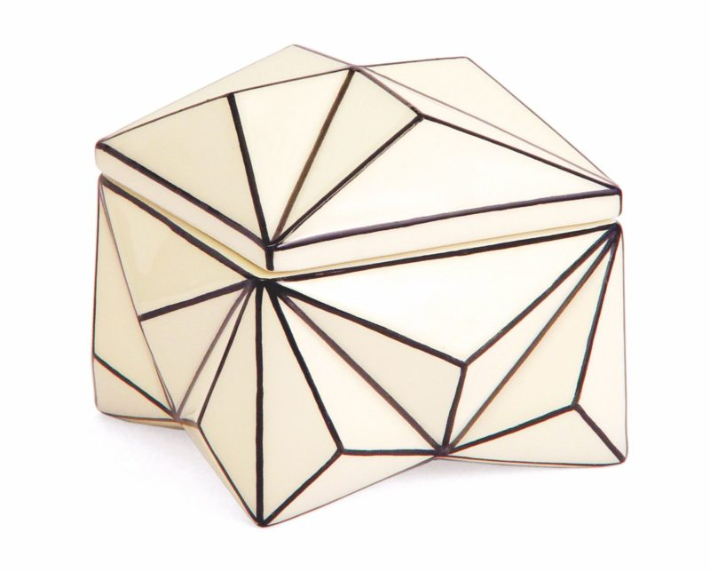 Dóza Krystal ztělesňuje kubistické tendence svým ikonickým diamantovým tvarem a je kdostání v galerii Modernista.